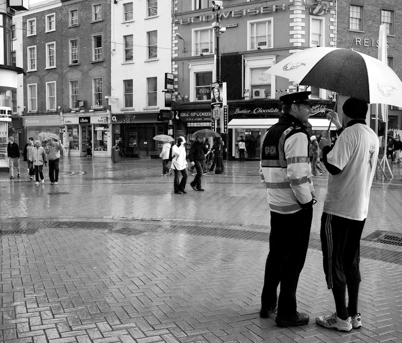 Garda chatting in the rain